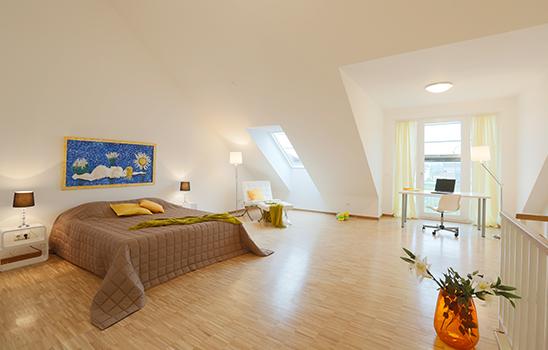 Geräumiges Schlafzimmer mit einer Dachschräge