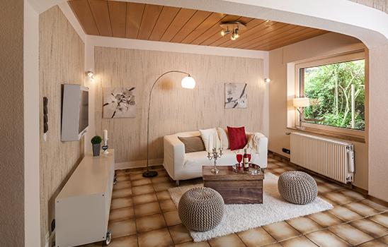 Beiges Wohnzimmer mit gefliestem Boden