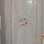 Ein Samnok Thano Schrank in weiß mit Floralen Verzierungen