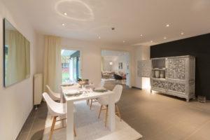 Offenes, weißes Ess- und Wohnzimmer in modernem Stil